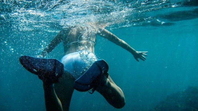 Προσπάθησε να προλάβει το κρουαζιερόπλοιο...κολυμπώντας!