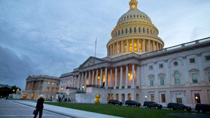 Ένστολος άνοιξε πυρ στο κέντρο επισκεπτών του Κογκρέσου!