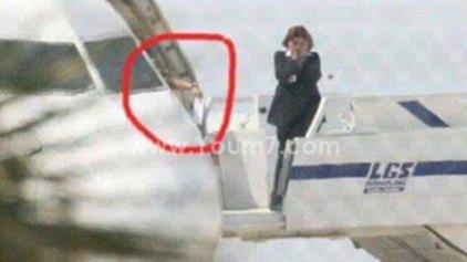 Η στιγμή που ο αεροπειρατής δίνει επιστολή στις αρχές της Κύπρου