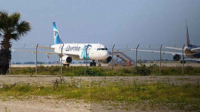 Θρίλερ με την αεροπειρατεία: Η αστυνομία ετοιμάζεται για επιχείρηση στο αεροσκάφος