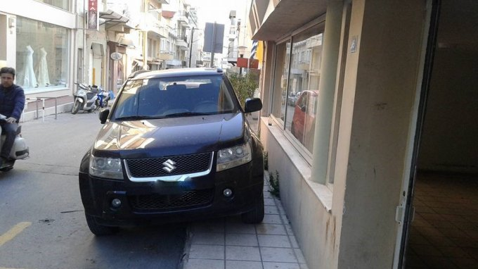 Έκανε πάρκινγκ την αναπηρική θέση και το πεζοδρόμιο