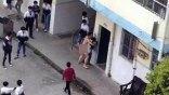 Σοκ: Γυμνός καθηγητής επιτίθεται σε νεαρή μαθήτρια μέσα στο προαύλιο σχολείου