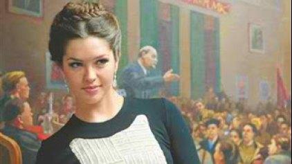 Η Μις Ρωσία με φόντο μια άλλη Ρωσία...