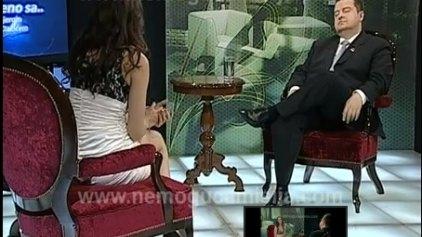 Κάλεσε για συνέντευξη τον πρωθυπουργό και δεν...φορούσε τίποτα!