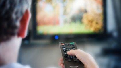 """Μοναχικοί και καταθλιπτικοί όσοι βρίσκονται """"κολλημένοι"""" στην τηλεόραση"""