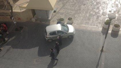 Παρκάρετε όπου θέλετε ... αρκεί να μη σας προλάβει ο δημοτικός αστυνομικός!