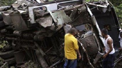 12 νεκροί από σύγκρουση λεωφορείου με αυτοκίνητο