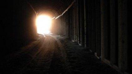 Ζητείται φως στο τούνελ!