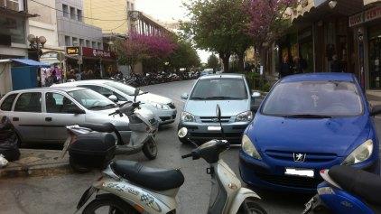 Γέμισαν τα πάρκινγκ ... παρκάρουν παντού!