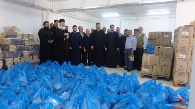 Τρόφιμα και λαμπάδες μοιράστηκαν από τη Μητρόπολη Αρκαλοχωρίου
