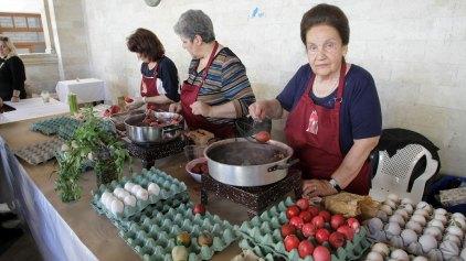 Ο Σύνδεσμος Γυναικείων Σωματείων βάφει αυγά για καλό σκοπό