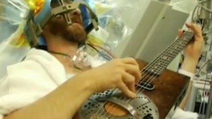 Έπαιζε κιθάρα την ώρα που εγχειριζόταν!