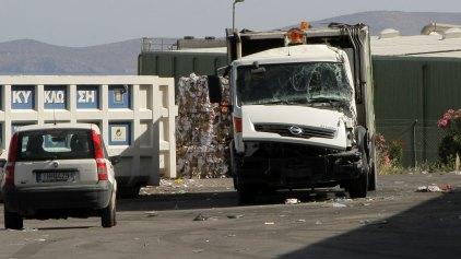 Απορριμματοφόρο συγκρούστηκε με φορτηγό! - Ένα άτομο στο νοσοκομείο