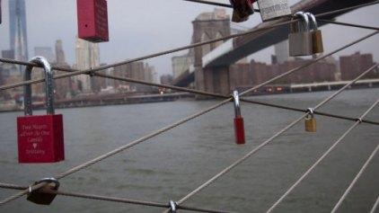 Τα «λουκέτα της αγάπης» κατακλύζουν γέφυρες ανά τον κόσμο