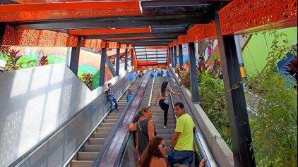 Στις φαβέλες της Κολομβίας η μεγαλύτερη κυλιόμενη σκάλα!