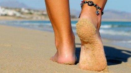 Αγαπημένη συνήθεια όλων το περπάτημα στην άμμο - Ποιους κινδύνους όμως ελλοχεύει;